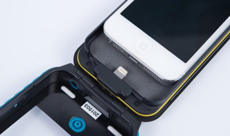 iPhone in Weatherproof Raincase einlegen