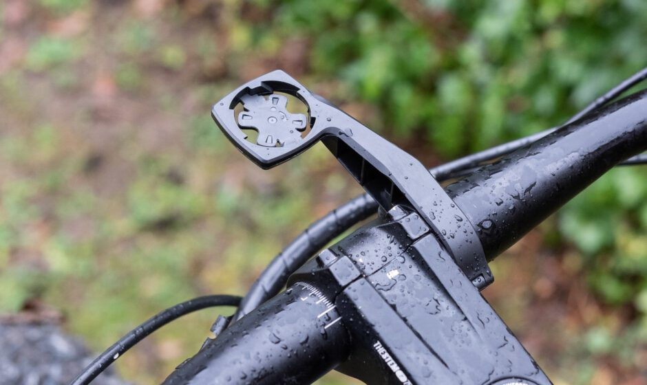 Die Fahrradhalterung wird sicher am Lenker verschraubt
